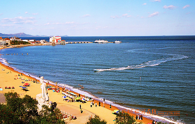 兴城海滨景区为国家级风景名胜区,因浴场呈月牙形状,天然形成,其